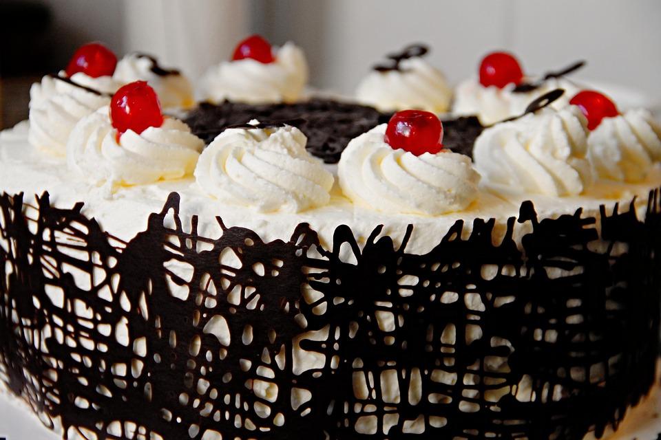 別腹は本当に存在するの?満腹でも甘い物を食べれる理由とは。