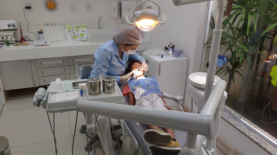 歯医者がコンビニよりも多い理由は儲かるからではない