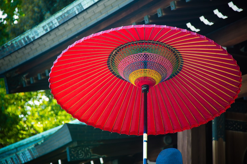 傘の歴史、実は昔は雨具ではなく権力の象徴とされていた