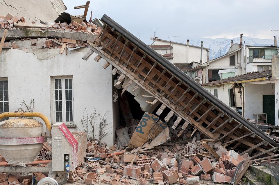 地震対策、家屋倒壊で生き埋めになったらおしっこか、声を出すと良い