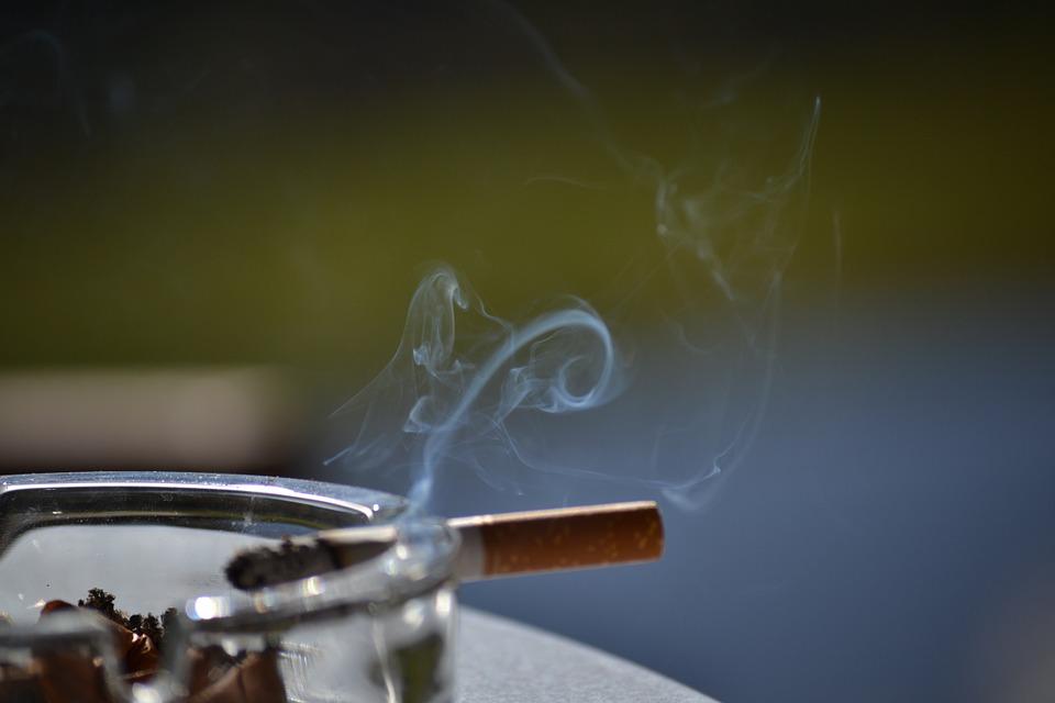コンビニの灰皿は喫煙所ではなく火消し用!今後は撤去の方向へ