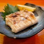 焼き魚に敷く葉の意味は実は見た目じゃない、本当の理由とは?
