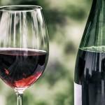 ワインボトルの形で底にへこみがついている理由を二つ解説。