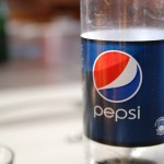 炭酸のペットボトルの形が流線型となっていて、底が浮いている理由。