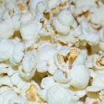 映画館ではポップコーンが定番となった理由を歴史と共に解説。