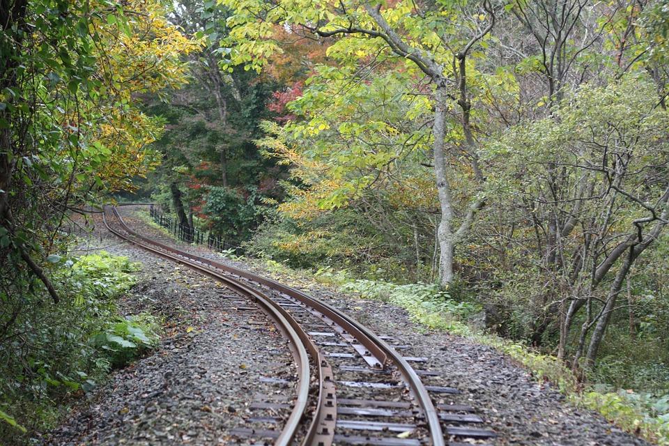 線路に砂利を敷く理由