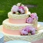 ウェディングケーキに込められた意味と由来について解説。